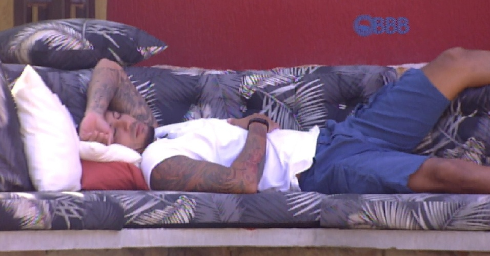 """27.fev.2015 - Fernando até levanta da cama, mas decide tirar uma soneca no jardim da casa do """"BBB15"""""""