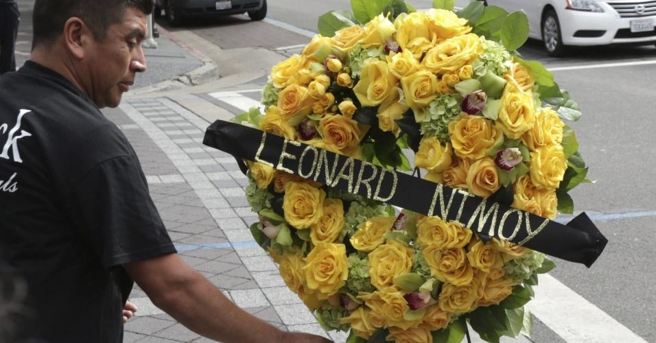 27.fev.2015 - Homem deixa uma coroa de flores próximo à estrela de Leonard Nimoy na Calçada da Fama, em Hollywood