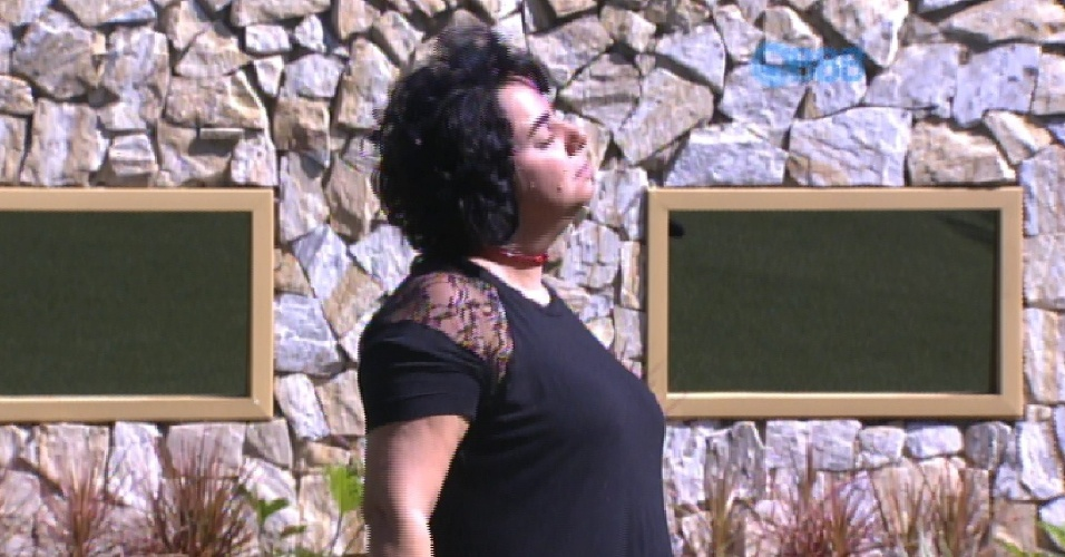 """27.fev.2015 - Mariza aproveita a manhã ensolarada desta sexta-feira para curtir o jardim da casa do """"BBB15"""""""