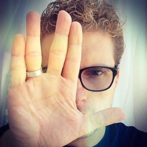 """27.fev.2015 - O ator Thiago Fragoso presta uma homenagem a Leonard Nimoy, reproduzindo o gesto característico de Spock em """"Jornada nas Estrelas"""", a saudação vulcana"""