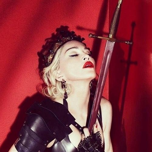 27.fev.2015 - Ousada, Madonna posa com espada no peito e coroa em foto compartilhada no seu Instagram