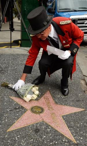 27.fev.2015 - Um buquê de flores é deixado na estrela de Leonard Nimoy, na Calçada da Fama, em Hollywood