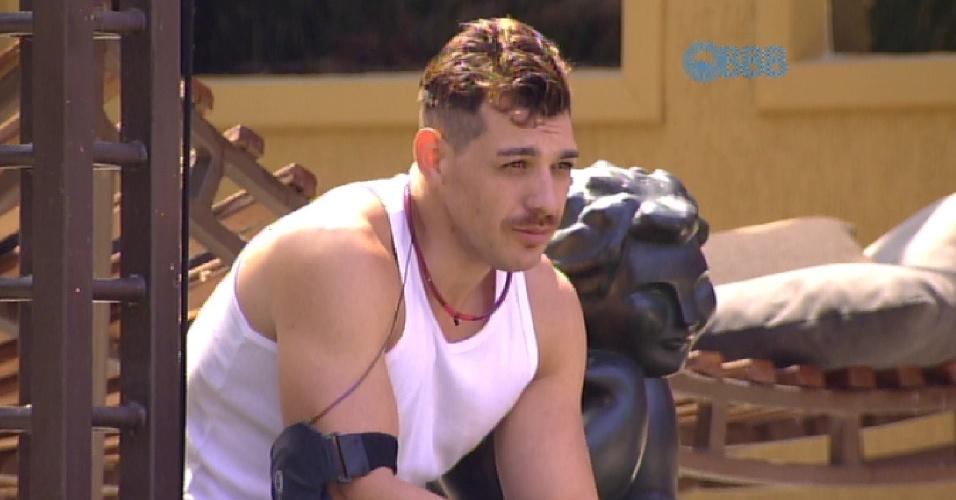 27.fev.2015 - Único acordado na casa, Cézar senta ao lado da estátua do jardim e lembra da última prova do líder, ganhar por Adrilles.