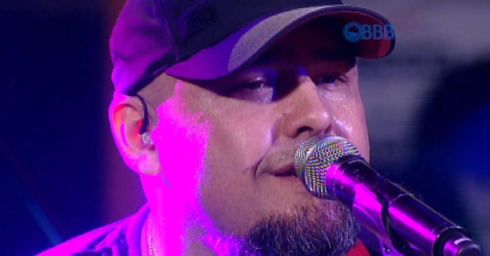 """27.fev.2015 - Vocalista Digão comanda show da banda Raimundos na Festa na Garagem, do """"BBB15"""""""