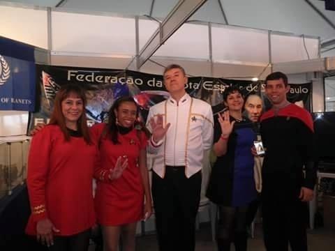 A trekker Joyce Cristina Gomes Moreira Morais (segunda, a partir da esquerda) posa com membros da Federação da Frota Estelar de São Paulo no evento Anime Friends de 2012