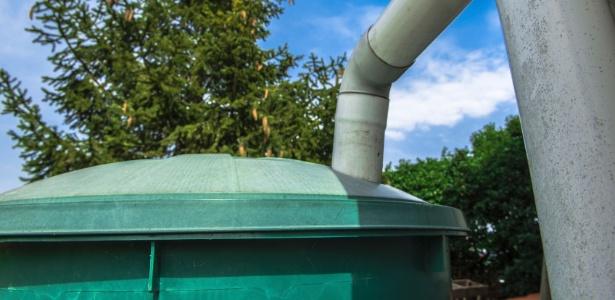 Calhas e tubulações direcionam à cisterna a água da chuva captada a partir do telhado  - Getty Images
