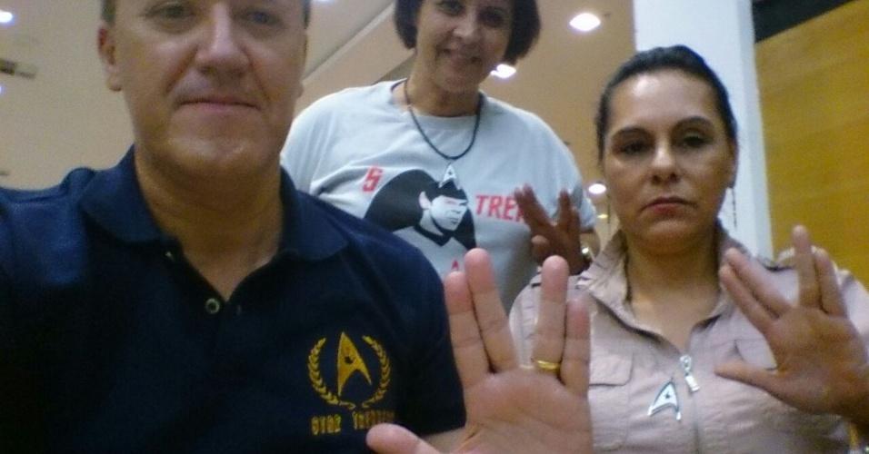 Edna Santos, Nair Flores e César Cezaroni, do fã-clube Star Trekkers, prestam sua homenagem a Nimoy