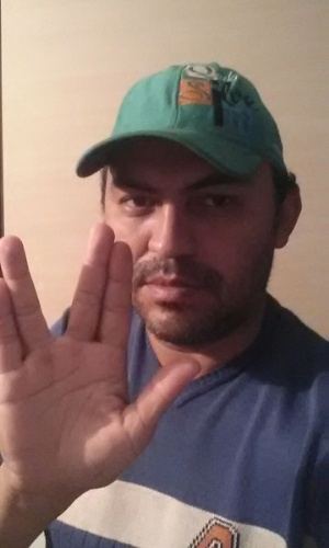 """Eli Gomes Santana faz a saudação vulcana a Nimoy e garante: """"Cresci assistindo. Vida longa e próspera"""""""