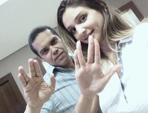 Marcelo e Janaina Bastos prestam tributo a Leonard Nimoy com saudação vulcana