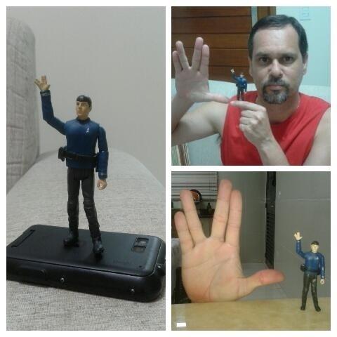 """Mario Lopes Macedo, de Casa Branca (SP), mostra boneco do personagem. """"Foi um prazer, Sr. Spock. Vida longa e próspera"""""""