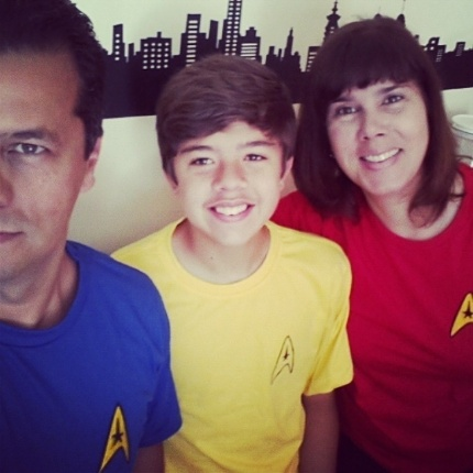 "Silvio Luiz Silva, 44, Daniel Marcondes Silva, 13, e Silvia Mesquita Silva, 40, vestem camisetas da frota estelar para homenagear Spock: ""Vida longa e próspera"""