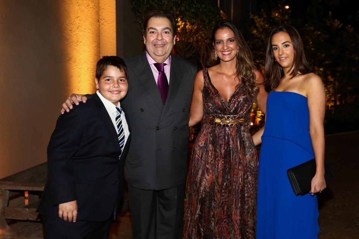 27.fev.2015 - Faustão reúne a mulher, Luciana, e os filhos João Guilherme e Lara no aniversário de 15 anos da filha de Tom Cavalcante em um buffet na zona oeste de São Paulo, na noite desta sexta-feira