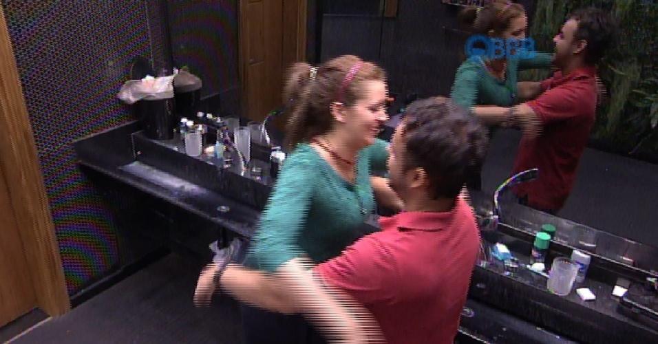 28.fev.2015 - Adrilles ganha um abraço de sua amada Tamires, na tarde deste sábado.