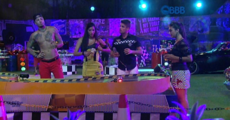 28.fev.2015 - Após show dos Raimundos, brothers brincam com o autorama na Festa Garagem