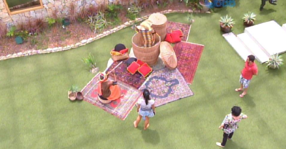 """28.fev.2015 - Luan e Rafael cumprem o castigo do monstro, dado pelo anjo Tamires. Na atividade, O primeiro é o """"encantador"""" da """"serpente"""" Rafael"""