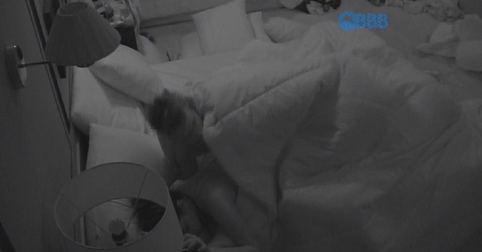 28.fev.2015 - O casal não se preocupou com as câmeras e trocou de posições mais de uma vez debaixo do edredom