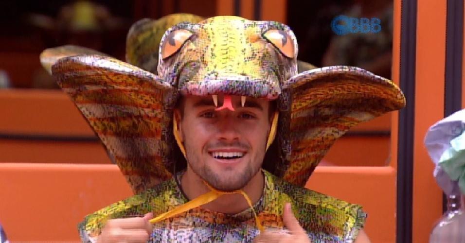 """28.fev.2015 - Rafael se diverte ao vestir a roupa do castigo do monstro, dada pelo anjo Tamires. Na atividade, ele será uma cobra e Luan o """"encantador"""" da serpente"""