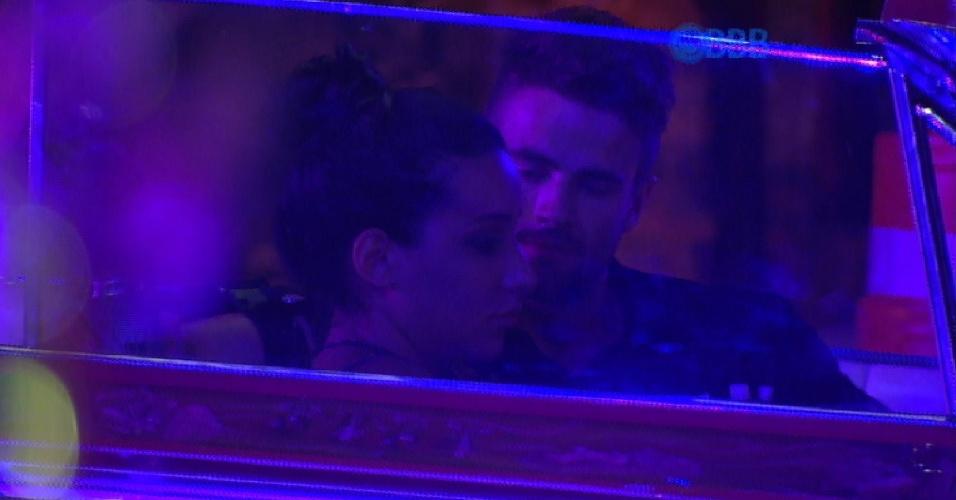 28.fev.2015 - Talita e Rafael discutem sobre o relacionamento. Rafael não entendeu o motivo dela ter deixado a festa sem falar com ele