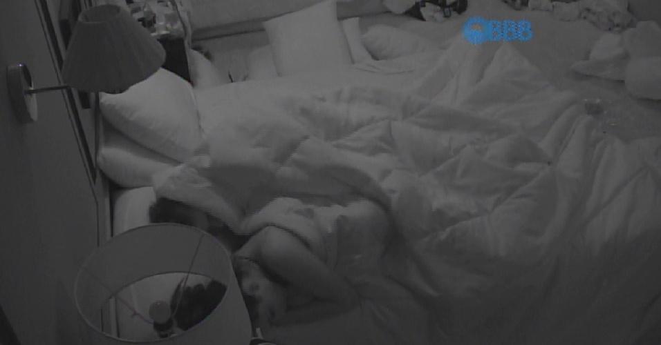 """28.fev.2015 - Talita e Rafael protagonizaram uma das noites mais quentes desta edição do """"BBB15"""""""