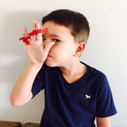 A internauta Cintia Medeiros, de Campo Grande (MS), mandou uma foto de seu filho João Pedro, que precisou de uma ajuda para fazer a saudação vulcana.