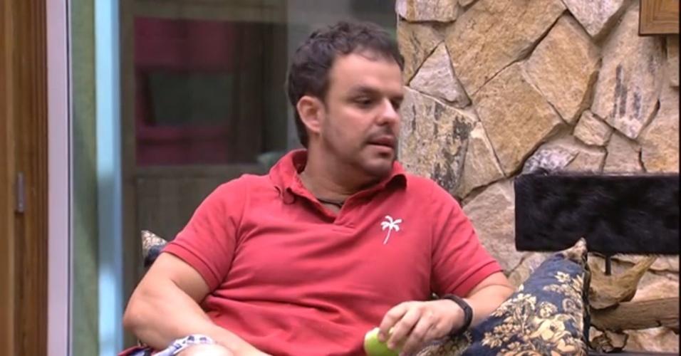 """28.fev.2015 - """"Ele tem um jogo muito maluco. Disse para a Tamires que a Amanda e ela eram as pessoas mais próximas dele e votou na Amanda"""", diz Adrilles, criticando Cézar para Mariza"""
