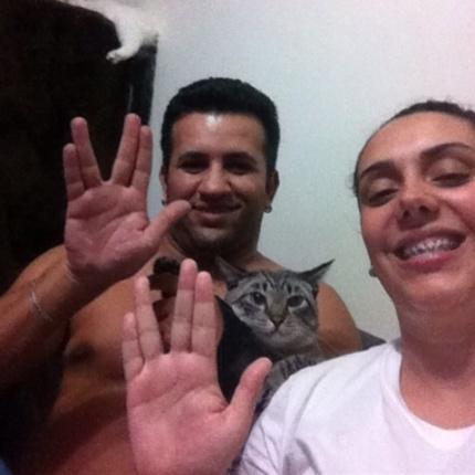 """""""Muito obrigado pelas alegrias que nos proporcionou, vá em paz! Vida longa e próspera..."""" dizem Alexandre Pina, Mariana Braite e seu gato House, de São Paulo (SP)."""