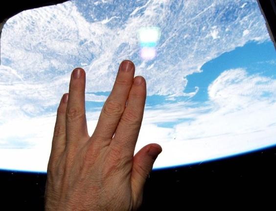O astronauta Terry W. Virts homenageia Leonard Nimoy da Estação Espacial Internacional