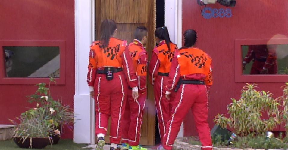 1.mar.2015 - Grupo laranja deixa a casa para a realização da prova da comida
