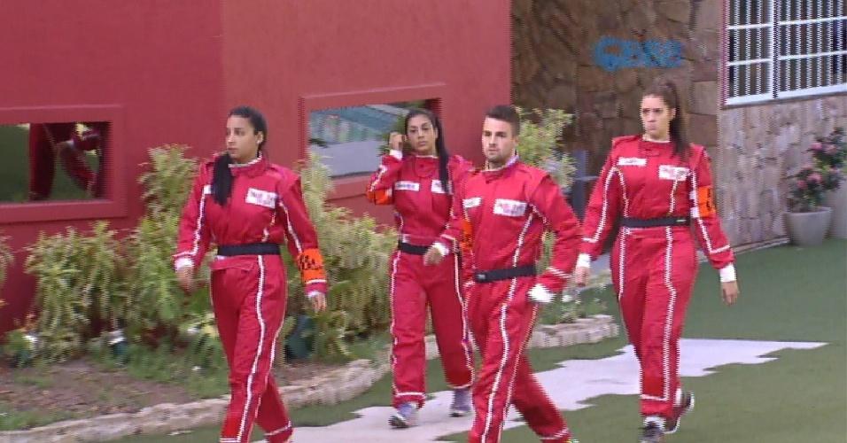 1.mar.2015 - Grupo laranja formando por Talita, Rafael, Tamires e Amanda caminha na área externa também para deixar a casa