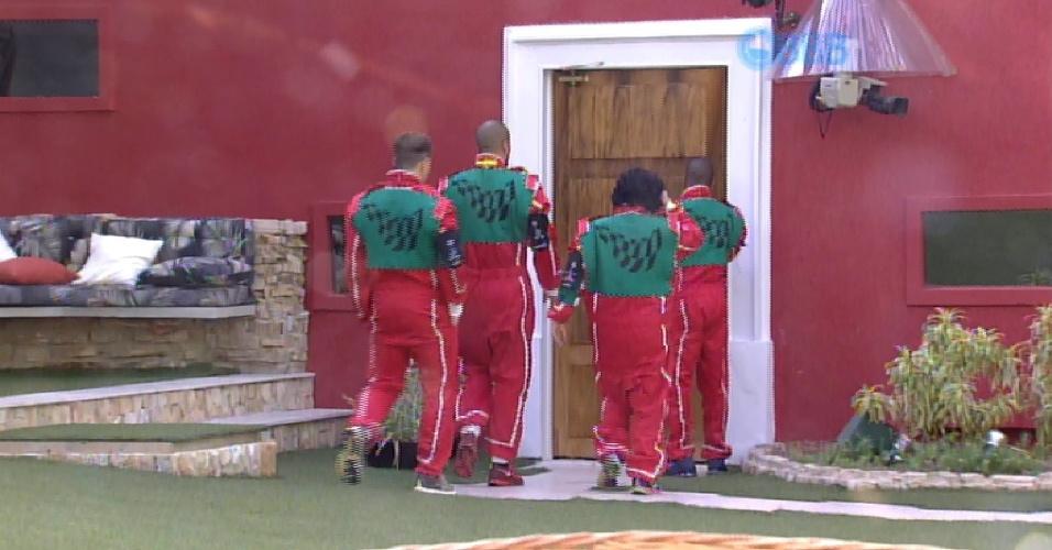 1.mar.2015 - Grupo verde, que vai disputar a prova da comida, deixa a casa para a realização da prova