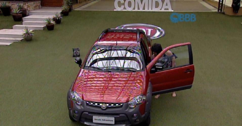 1.mar.2015 - Rafael, que ganhou um carro na prova da comida realizada neste domingo, curte o veículo no jardim da casa