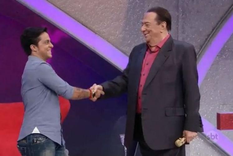 1.mar.2015 - Raul Gil revela cara de espanto ao ver peitoral de Thammy Miranda, em seu programa, no SBT