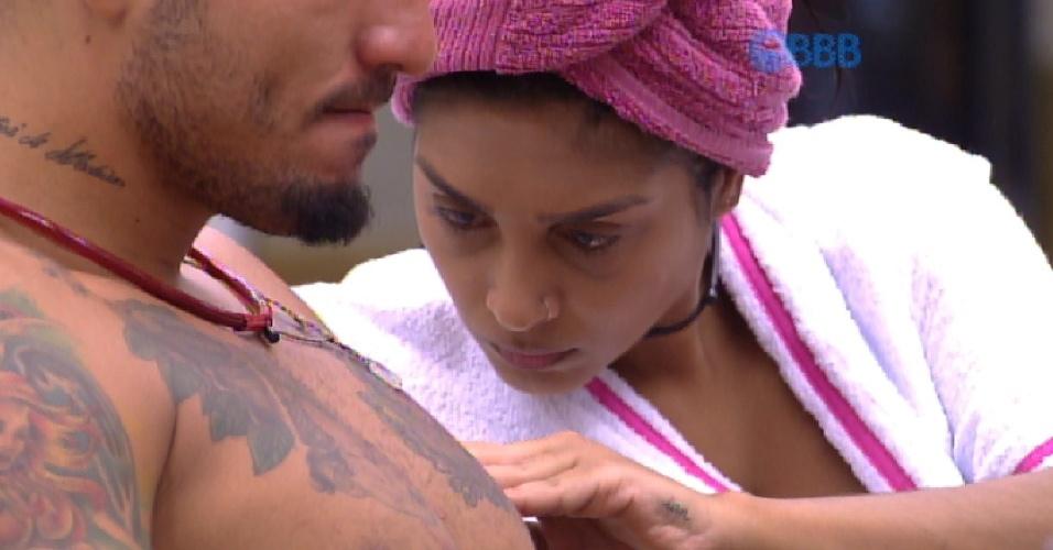 """1.mar.2015 - Sentada ao lado de Fernando, Amanda observa a expressão de Fernando, que diz estar cansado. """"Falta pouco"""", responde a sister."""