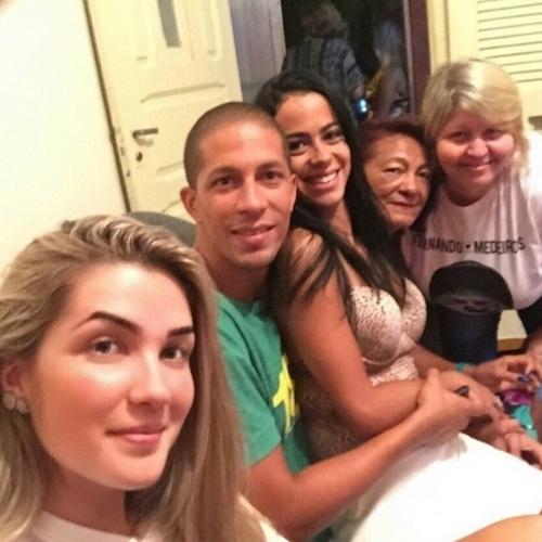 """02.mar.2015 - 02.mar.2015 -  Aline conhece a família de Fernando e faz homenagem aos parentes do produtor cultural, que ainda está confinado no """"BBB15"""", em sua conta do Instagram"""