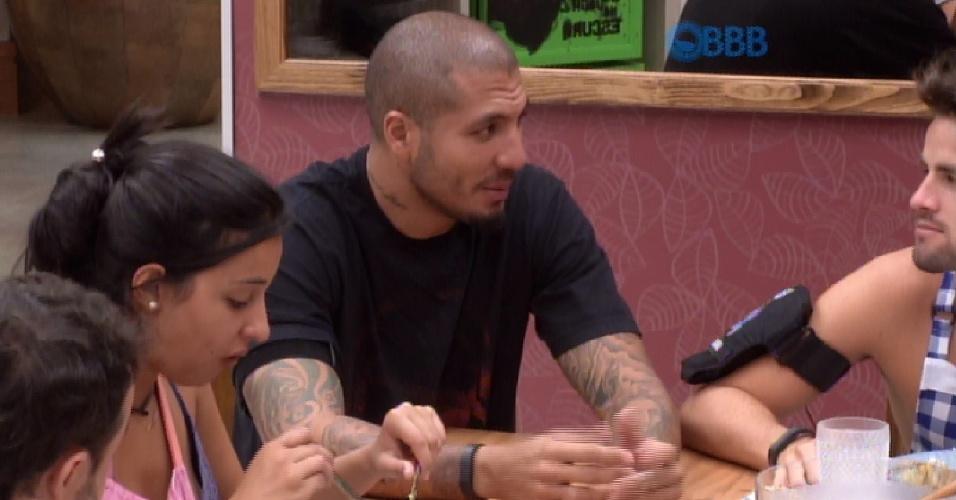 02.mar.2015 - Enquanto almoçam, Rafael e Fernando falam sobre prova da comida