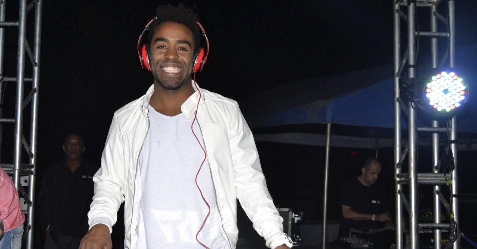 """1.fev.2015 - O motoboy Douglas, segundo eliminado do """"BBB15"""", mostrou seus dotes como DJ em festa fechada que aconteceu no Clube Esperia, zona norte de São Paulo"""