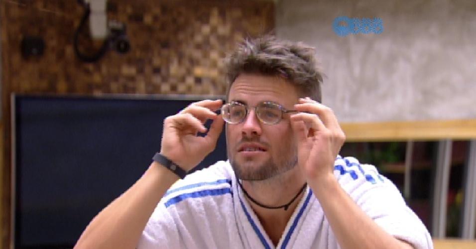 """2.mar.2015 - Adrilles perdeu uma de suas lentes de contato e precisou circular pela casa do """"BBB15"""" com seus óculos de grau"""