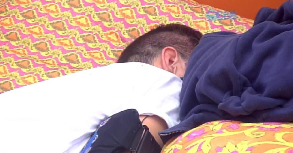 2.mar.2015 - Inconformado com o voto de Luan em Fernando, o que levou Talita ao paredão, Rafael chora no quarto laranja e é consolado por Tamires e Amanda