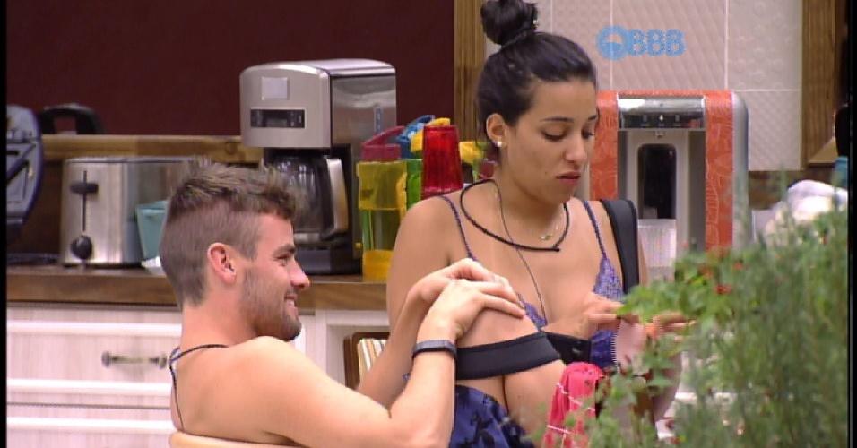 2.mar.2015 - Rafael e Talita acordam com fome e vão até a cozinha. Eles conversam com Adrilles e comem antes de voltar a dormir
