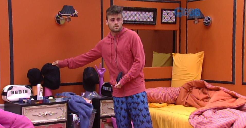 """2.mar.2015 - Rafael faz questão de acordar Amanda na manhã desta segunda-feira. """"Não vai deixar de fazer o Raio-X. Talitinha precisa"""", explica o brother"""