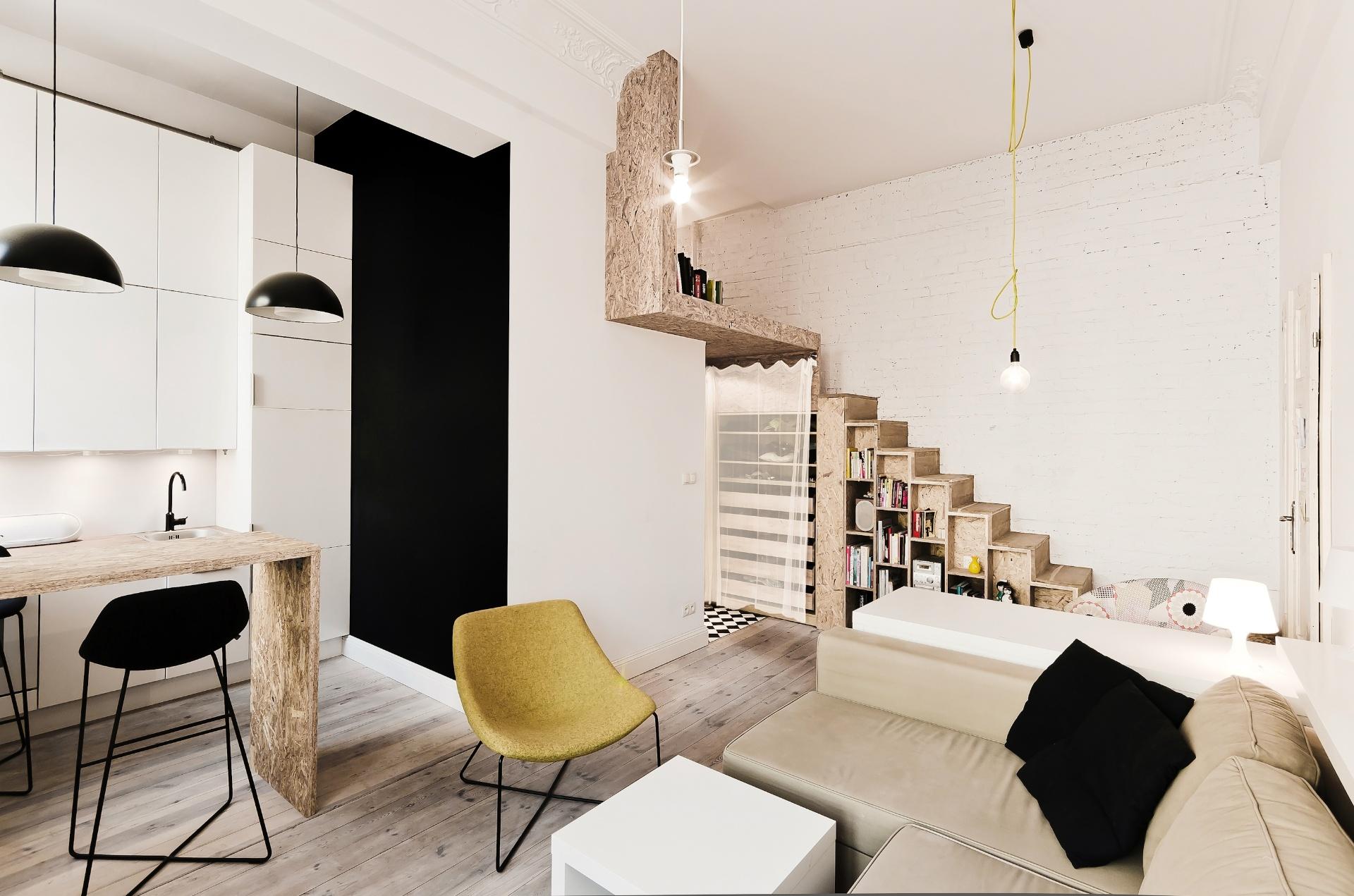 O apartamento com 29 m² na Polônia, era mais alto do que amplo: com pé-direito de 3,7 m, o jeito foi elevar o dormitório para um semi-mezanino, 1,85 m acima de um corredor com banheiro e guarda-roupas. Nesse