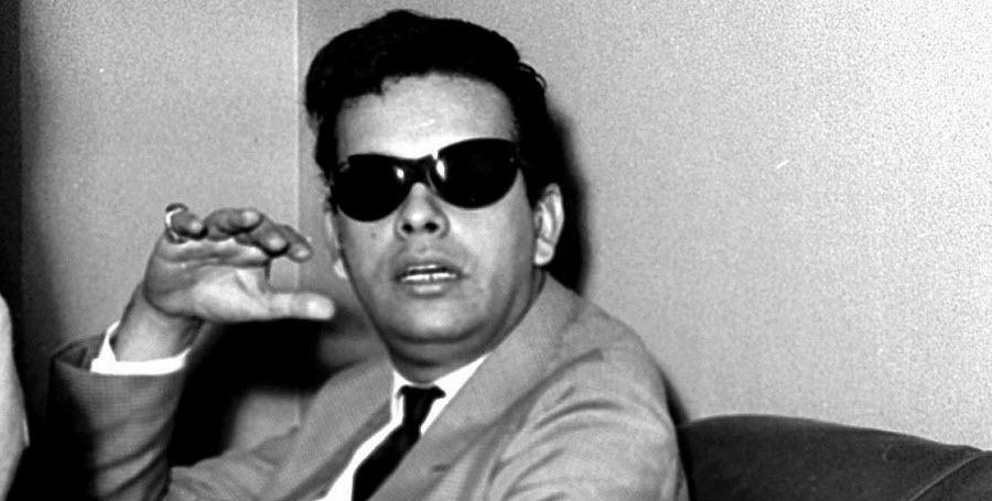 """O cantor Cauby Peixoto, em 1965. Neste ano gravou o LP """"Porque Só Penso Em Ti"""", música título, que assim como as outras 11 do disco eram de autoria da dupla Jair Amorim e Evaldo Gouveia"""