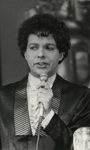 """O cantor Cauby Peixoto durante apresentação, em 1970. Cauby venceu o Festival de San Remo, na Itália, com a canção """"Zíngara""""."""