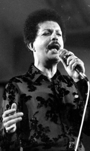 """O cantor Cauby Peixoto durante apresentação, em 1982. Neste ano lançou, com Ângela Maria, o LP """"Ângela e Cauby"""", no qual interpretaram """"Começaria Outra Vez"""", de Gonzaguinha."""