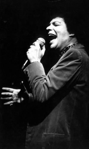 O cantor Cauby Peixoto durante show, em 1985.