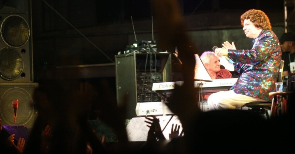 Cauby Peixoto faz show em palco na Av. Viera de Carvalho, durante a Virada Cultura de 2006, em São Paulo.