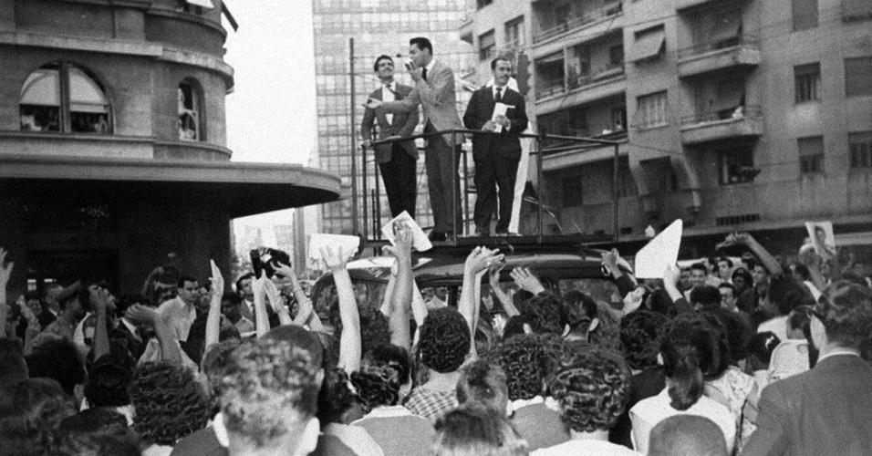 """O cantor Cauby Peixoto faz show no centro de São Paulo, em 1957. Neste ano Cauby gravou o LP """"Ouvindo Cauby"""", no qual interpretou canções clássicas."""
