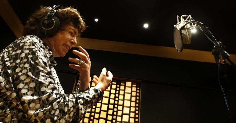 O cantor Cauby Peixoto grava em estúdio disco onde interpreta músicas de Roberto Carlos, em 2009.
