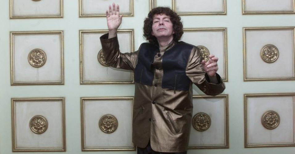"""O cantor Cauby Peixoto posa em seu apartamento em Copacabana. A foto, tirada em 2001, foi usada como divulgação da sua biografia """"Bastidores - Cauby Peixoto - 50 Anos da Voz e do Mito"""", escrita por Rodrigo Faour."""