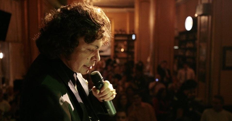 O cantor Cauby Peixoto se apresenta no Bar Brahma, em 2006. Desde 2002 Cauby fazia shows regulares no bar clássico, na esquina da Av. Ipiranga e São João, em São Paulo.